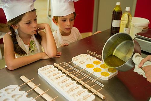 L'atelier des petits chefs à la confiserie Le Genêt d'Or, an Ardèche